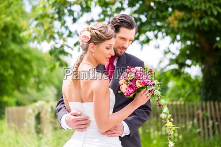 bryllup par med brudebuket