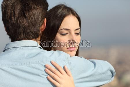 sad kvinde krammede hendes kaereste par