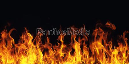 braendende ild flamme pa sort baggrund