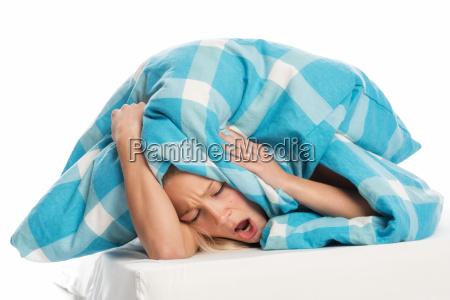 kvinde seng sengetaeppe skjulte irriteret vred