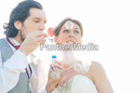 bryllup par blaeser saebebobler i et