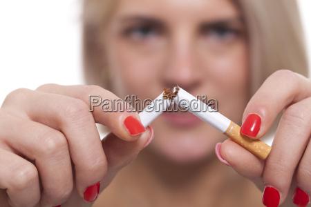 unge, blonde, kvinde, bryder, en, cigaret - 13965973