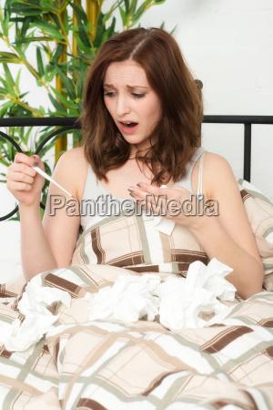 ung kvinde har hoj feber og