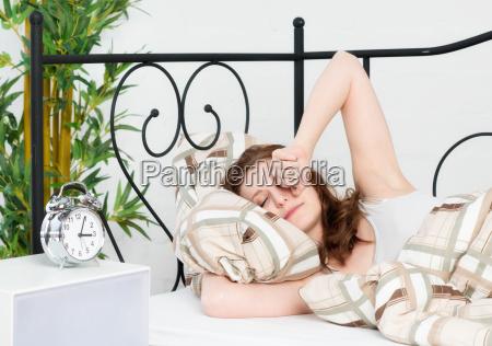 ung kvinde liggende i sengen og