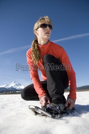 unge kvinde stropper pa snesko med