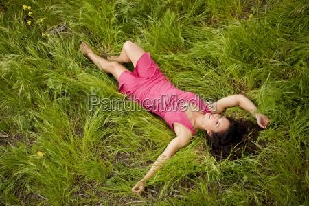 glad ung kvinde i en kjole
