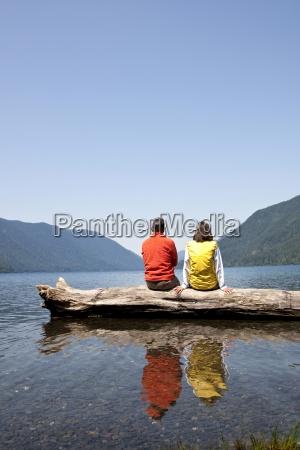 et midaldrende par sidder sammen pa