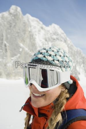 en ung kvinde skilober smiler til