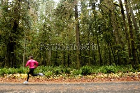 en kvindelig jogging ned ad en
