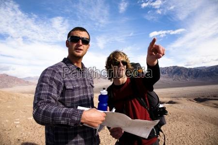 to mandlige vandrere kigge over et