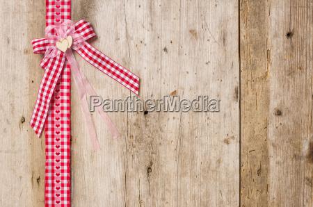 rod gaveband med bue foran rustikke