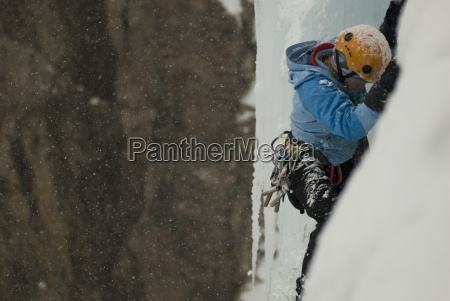 en professionel kvindelig bjergbestiger isklatring pa