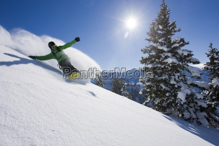 en snowboarder gor nogle friske spor