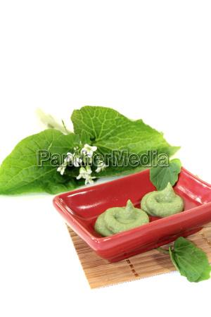 frisk krydret wasabi med blad og