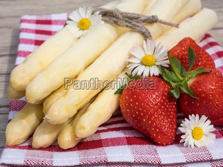 asparges og jordbaer pa bordet