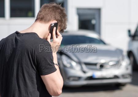 ung mand pa telefonen efter en