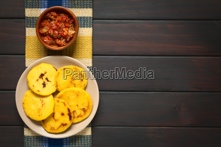 colombianske arepa med hogao sauce