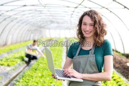portraet af en attraktiv landmand i
