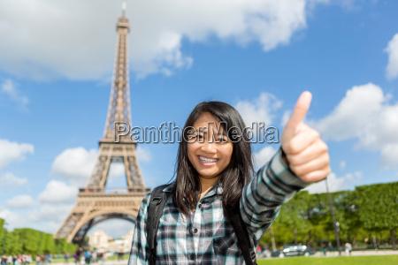 unge attraktive asiatiske turist nyder hendes
