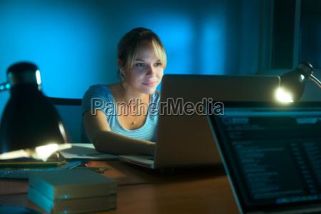 kvinde skrive pa sociale netvaerk med