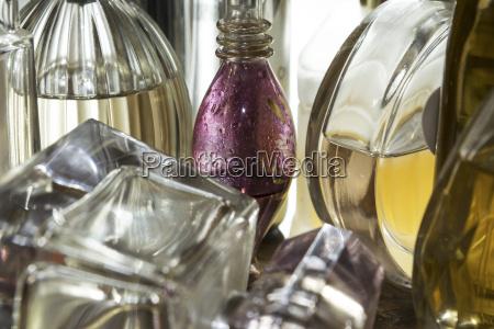 naerbillede af flasker parfume