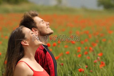 lykkeligt par puster frisk luft i