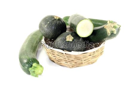 blandet zucchini i en kurv