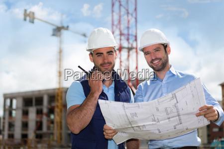 ingenior og arbejdstager ser blueprint pa