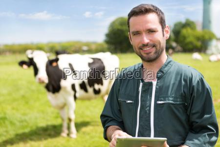 portraet af en ung attraktiv landmand