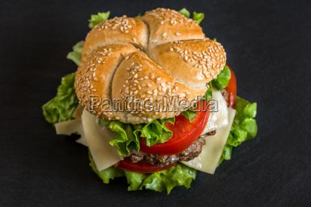 hamburger med friske grontsager