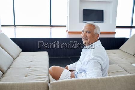 portraet af senior mand slapper af