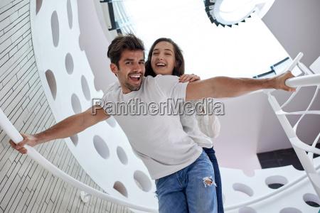 afslappet yung par hjemme trapper