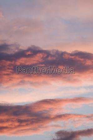 dramatiske skyer i aftensolen