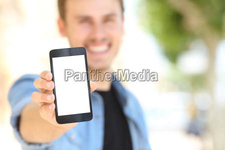 mand viser en tom telefonens skaerm