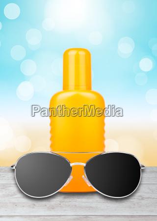 solkrem med solbriller og en strand