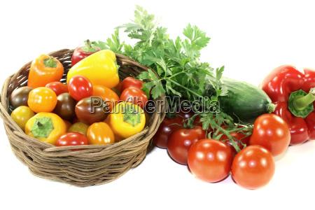 vegetabilske kurv med forskellige farverige grontsager