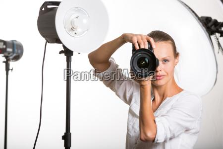 pretty kvindelige pro fotograf med digital