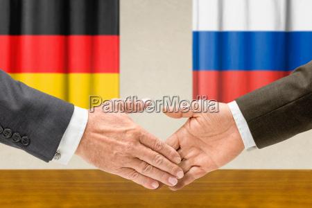 vertreter deutschlands und russlands reichen sich