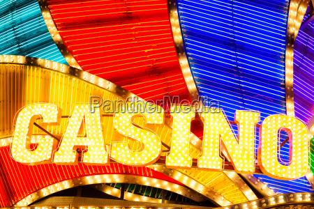 neon casino skilt lyser op om