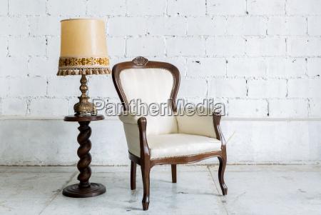 hvid retro stol med lampe