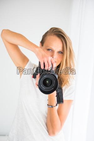 pretty kvindelige fotograf med digital kamera