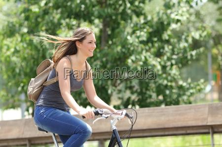 cyklist kvinde rider cykel i en