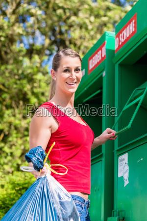 kvinde bringer gamle toj til genbrugsplads