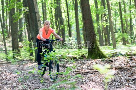 kvinde pa mountainbike cykel pa bjerget