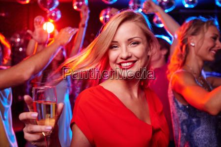pige med flojte af champagne