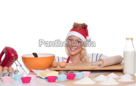 kvinde med santa hat bakes muffins