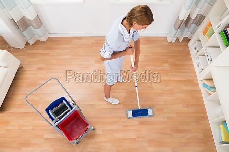 kvindelig renere rengoring med mop