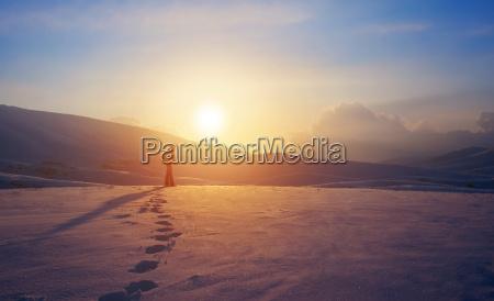 enlig kvinde i bjergene