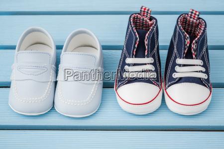 par morkebla hvide baby sneakers og