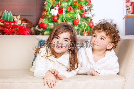 bror og soster der nyder julen
